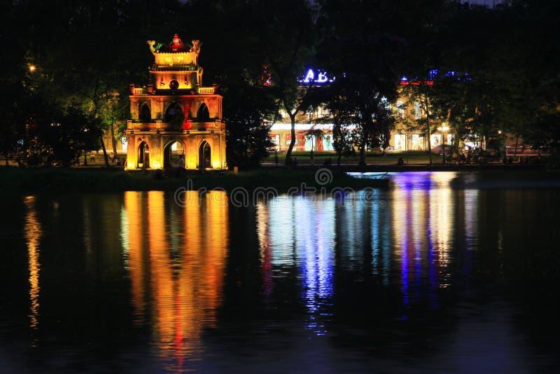 Башня черепахи в озере на ноче, Ханое Вьетнаме Hoan Kiem стоковое изображение rf