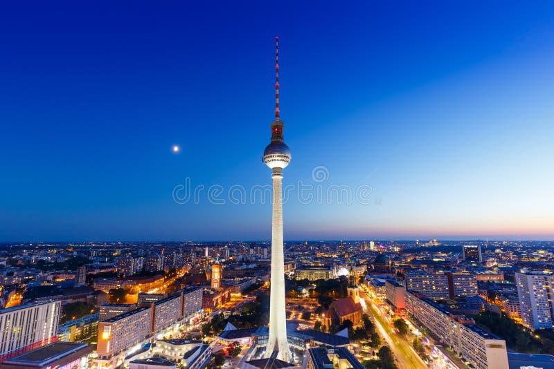 Башня Alexanderplatz ТВ горизонта Берлина на str города Германии ночи стоковые фотографии rf