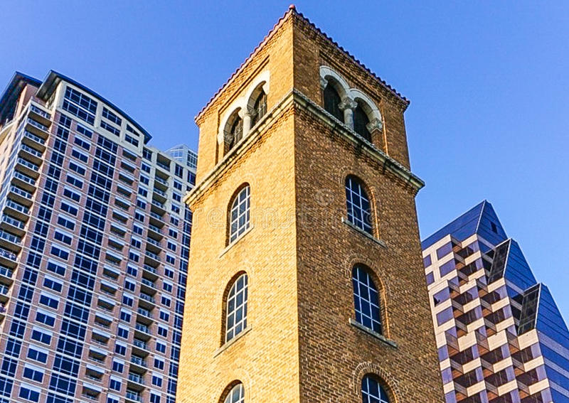 Башня Buford на улице Cesar Chavez и даме Птице Озере в городском Остине Техасе стоковые изображения
