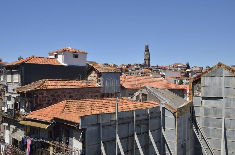 Башня Clerigos среди старых домов стоковые изображения