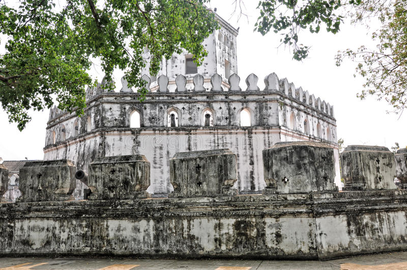 Башня Crenellated побелила терпеть неудачу Phra, Бангкок Таиланд стоковые изображения rf