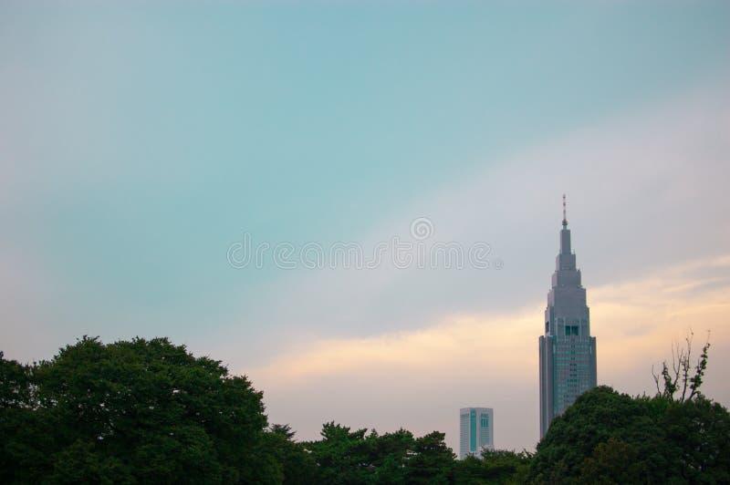 Башня Docomo в Shinjuku, Японии Shinjuku расположено в централи Токио и обычно лето tim aroundIn много людей стоковая фотография