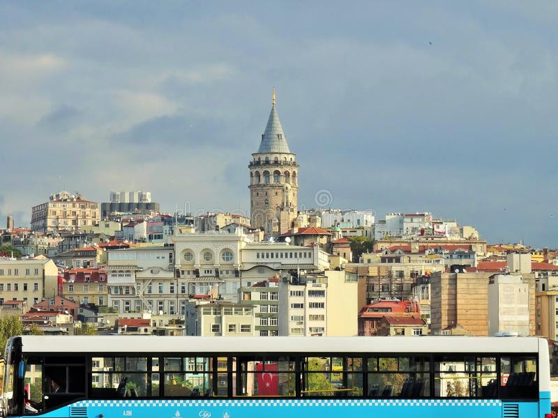 Башня Galata Взгляд от зоны Eminonu Стамбул индюк стоковые фото