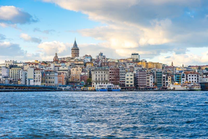Башня Galata с горизонтом города Стамбула в Турции стоковые изображения