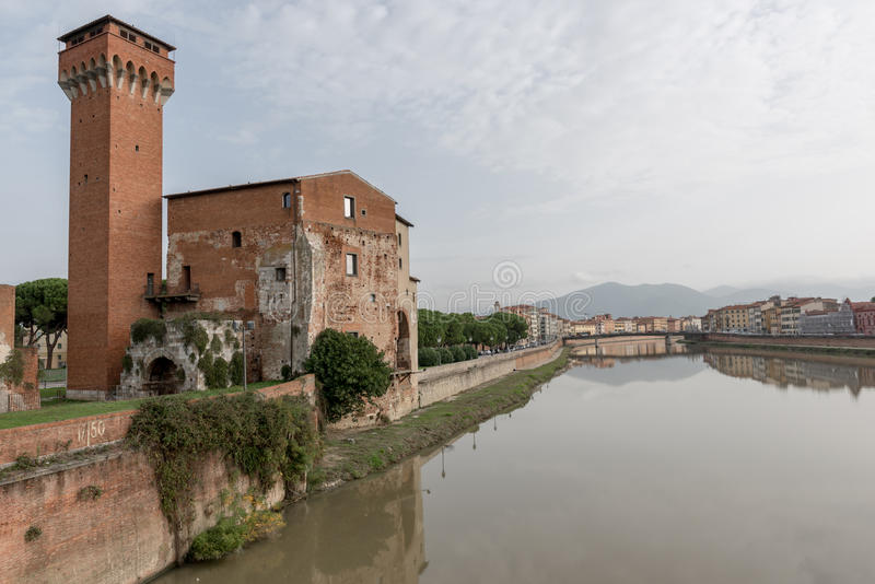 Башня Guelph и цитадель Medici на реке Арно в Пизе, t стоковое изображение rf
