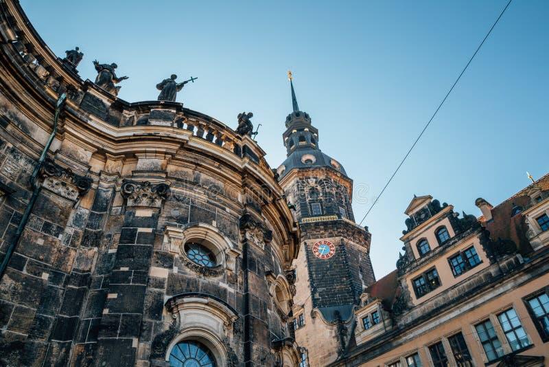 Башня Hausmannsturm и церковь Katholische Hofkirche собора Дрездена на Дрездене, Германии стоковая фотография
