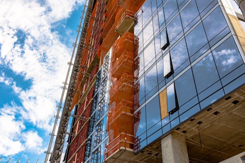 Башня Highrise под конструкцией стоковые изображения rf