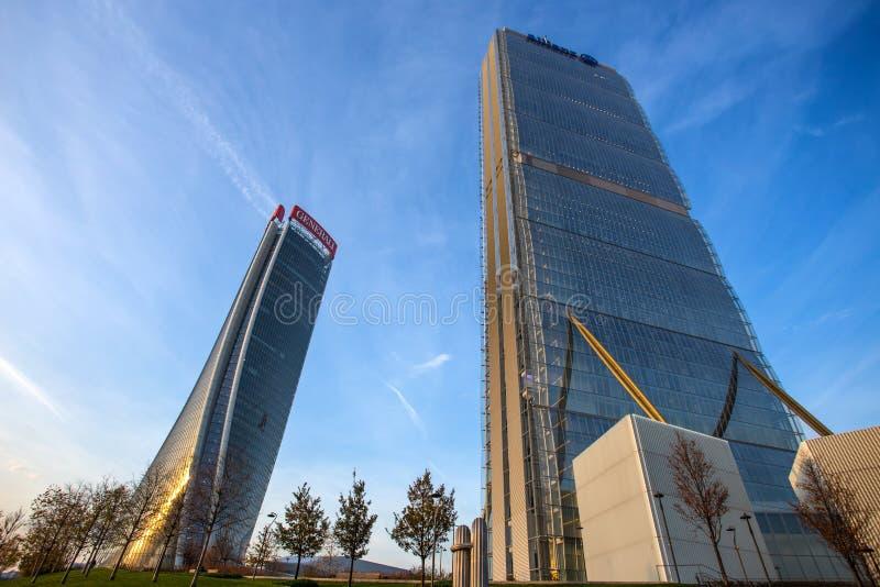 """Башня Isozaki и башня Hadid в комплексе """"городской жизни """"в месте Милана 3 Torri, современных зданиях и кондо стоковая фотография"""