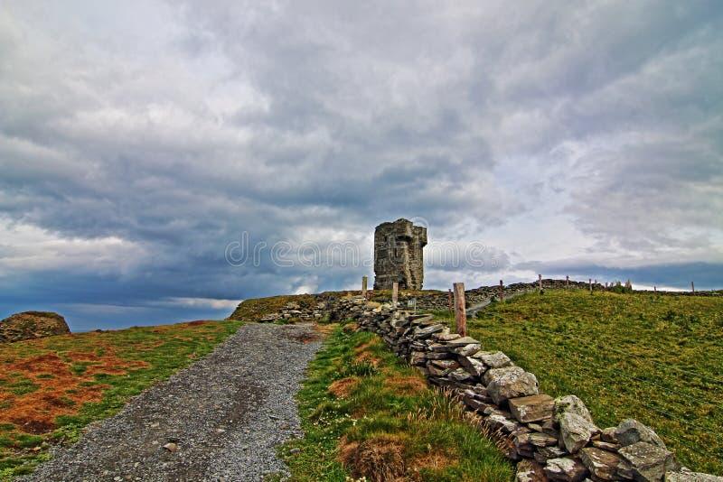 Башня Moher - каменная загородка вдоль дороги водя к башне Moher стоковая фотография rf