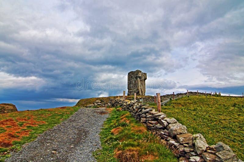 Башня Moher - каменная загородка вдоль дороги водя к башне Moher стоковое изображение