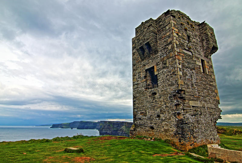 Башня Moher на голове Hags вдоль скал Moher стоковые изображения rf