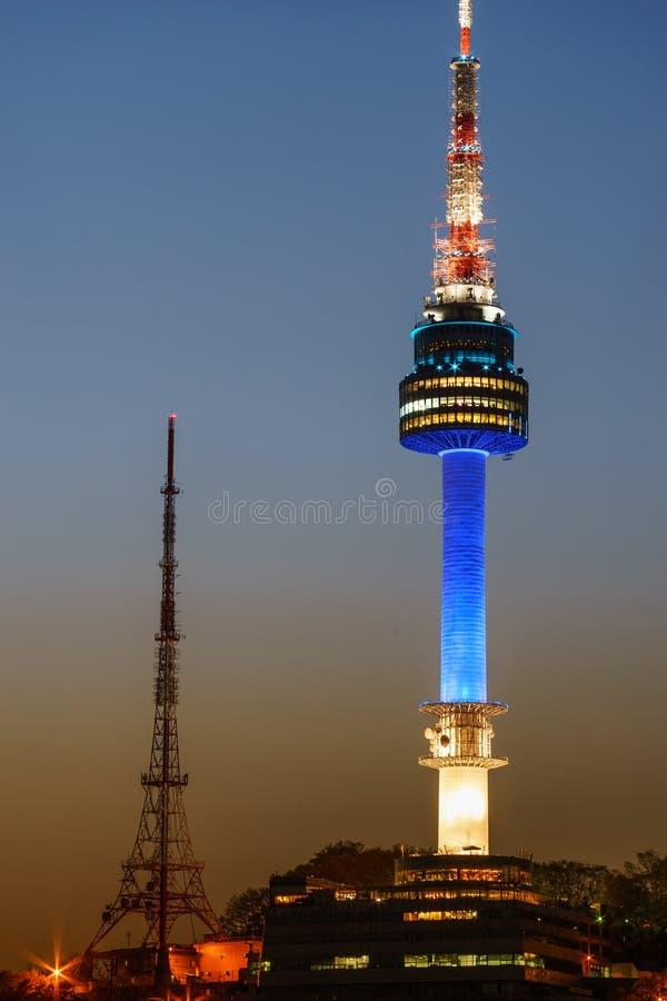 Башня Namsan Сеула на ноче осветила в сини стоковые изображения rf