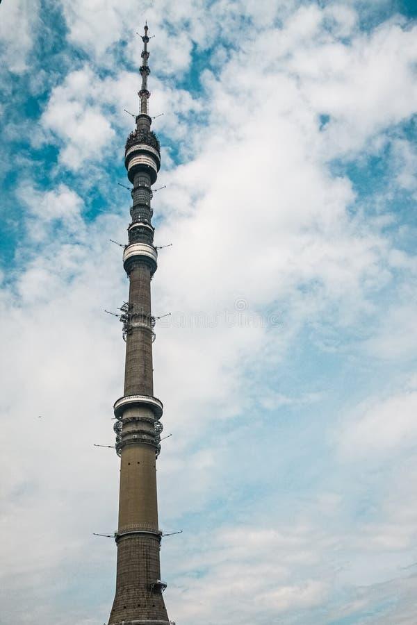 Башня Ostankino на голубом небе, телевидении Москвы и передавая башне стоковое изображение