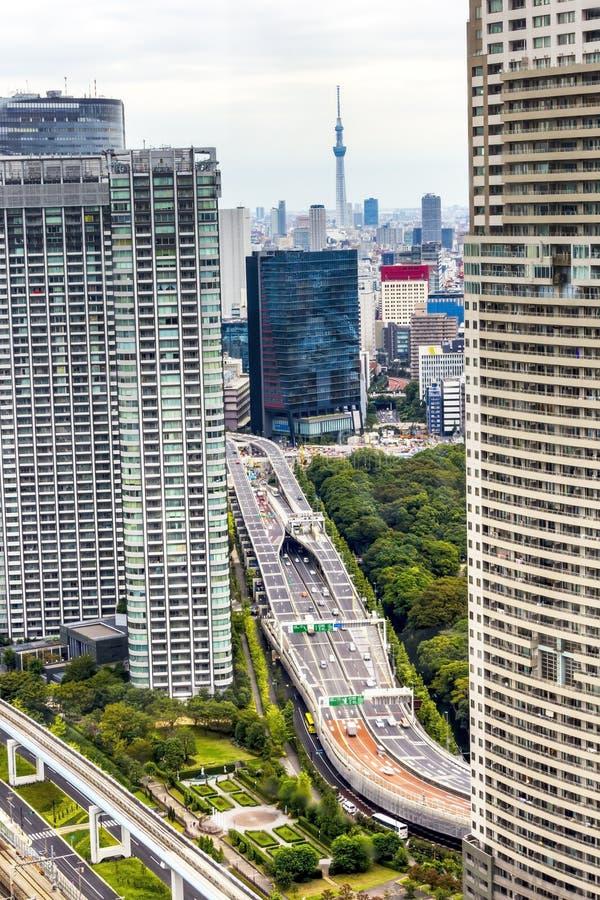 Башня skytree Токио в Японии с дорогой и зданием стоковые изображения rf