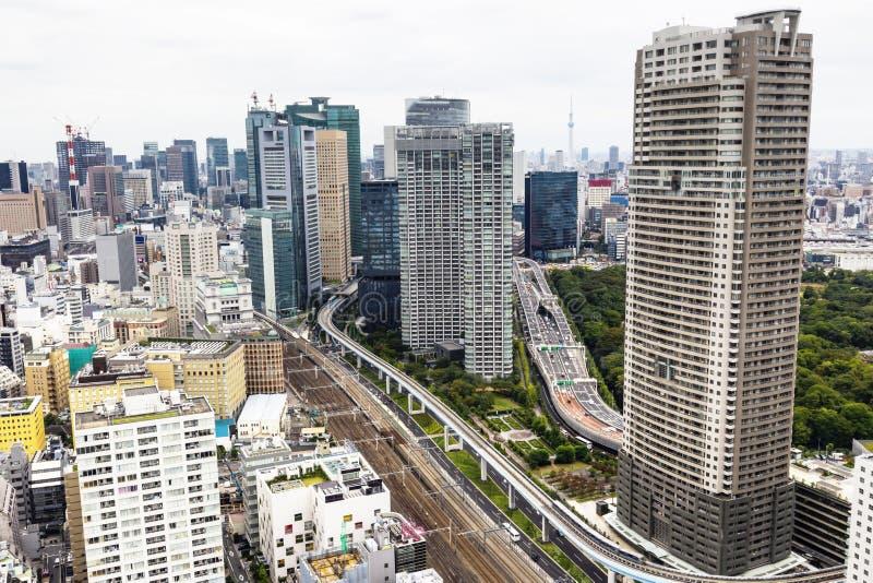 Башня skytree Токио в Японии с дорогой и зданием стоковая фотография