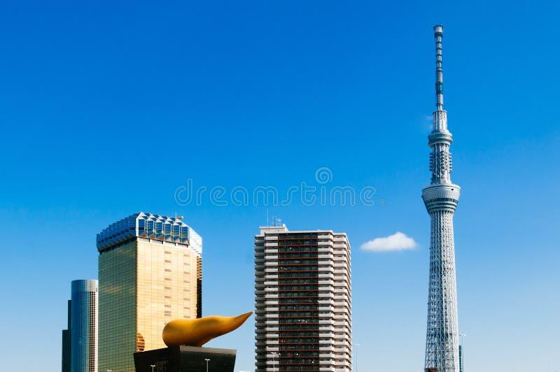 Башня Skytree Токио против голубого неба с пивом Hall Asahi, ориентиром Японии известным современным стоковое изображение