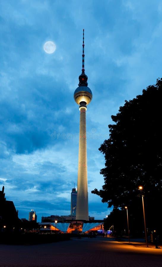 башня tv ночи fernsehturm berlin стоковые изображения
