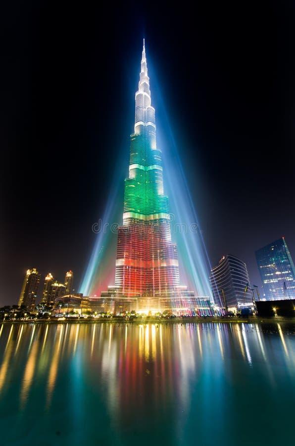 Башня Urj Khalifa floodlit в цветах белизны, зеленых и красных стоковая фотография
