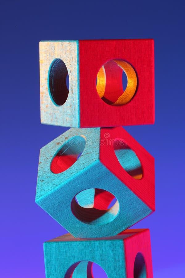 Балансируя деревянные кубы стоковое фото rf