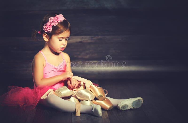 Балерина маленького ребенка с ботинками pointe балета и розовой юбкой t стоковые изображения rf