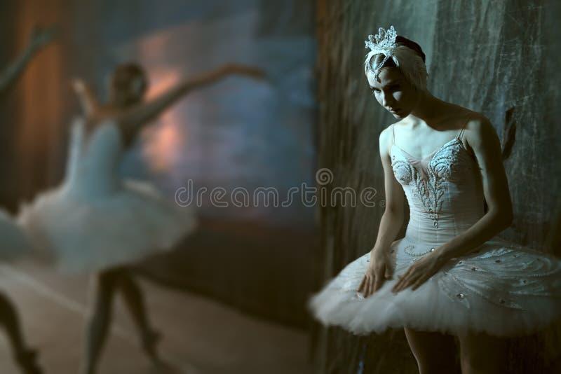 Балерина стоя кулуарный перед идти на этап стоковые изображения rf