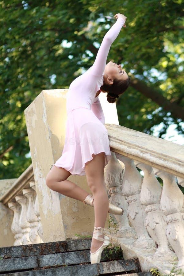 Балерина танцуя outdoors стоковое фото