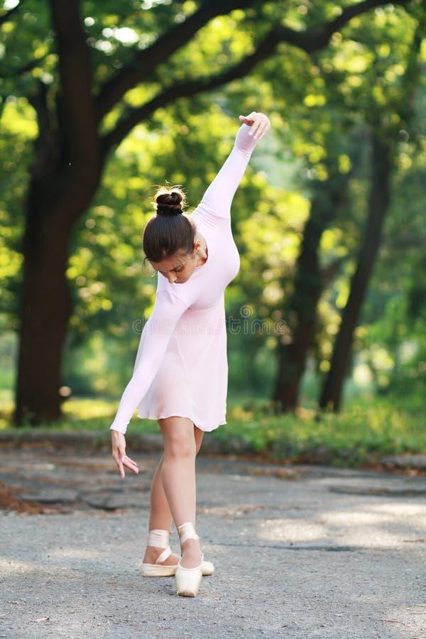 Балерина танцуя outdoors стоковые изображения rf