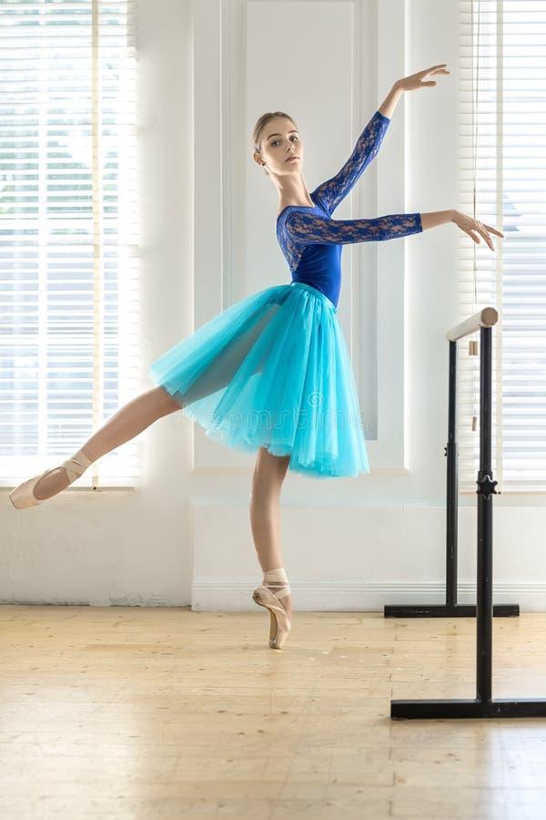 Балерина тренирует в зале стоковое изображение rf