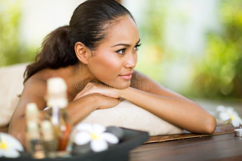 Балийская женщина наслаждаясь в дне курорта стоковая фотография rf