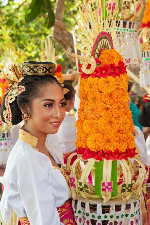 Балийская женщина с религиозный предлагать стоковое изображение