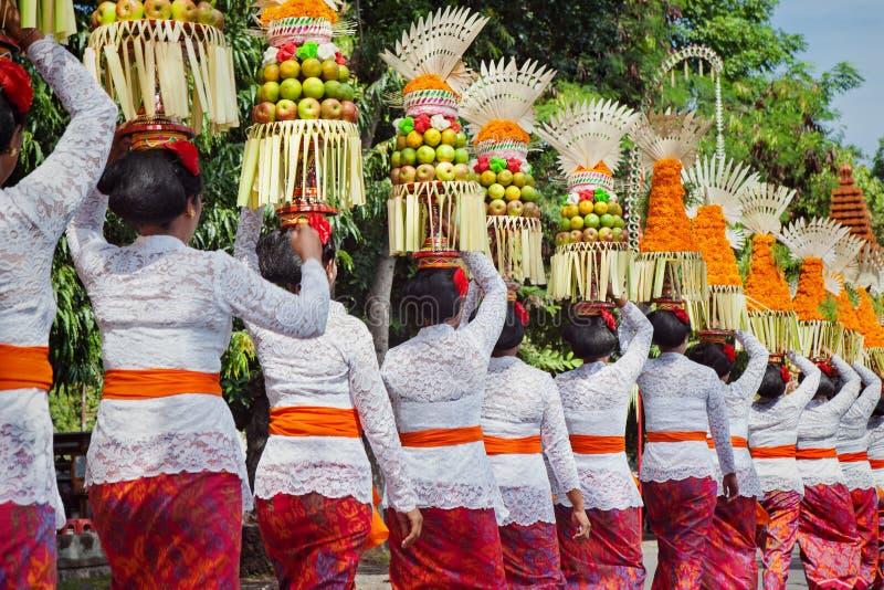 Балийские женщины в традиционных костюмах с предложениями для церемонии стоковая фотография rf