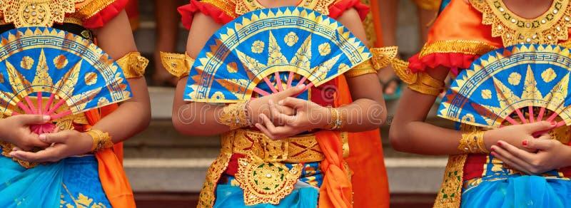 Балийские женщины танцора в традиционном саронге стоковое фото rf