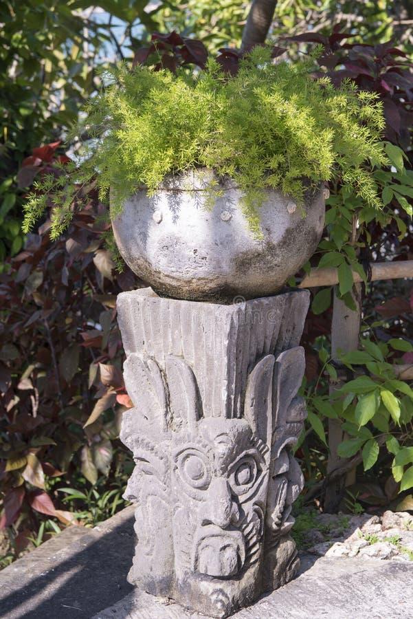 Балийский штендер с цветком на верхней части стоковые изображения