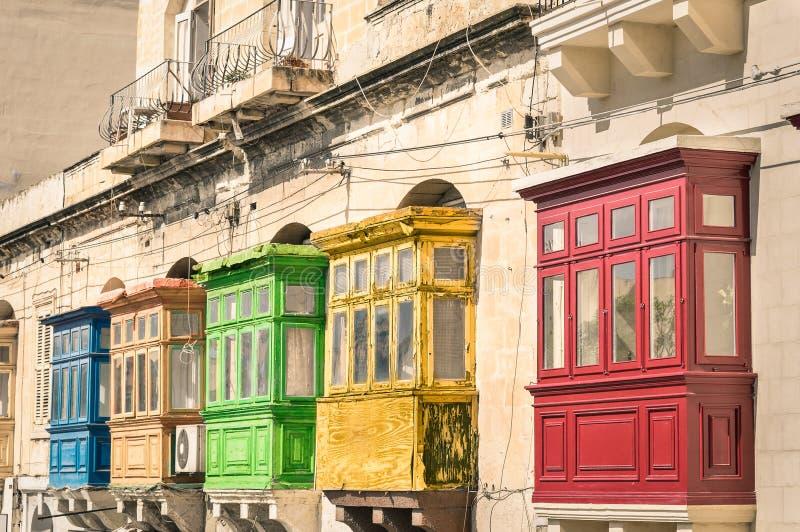 Балконы зданий года сбора винограда типичные в Ла Валлетте Мальте стоковая фотография