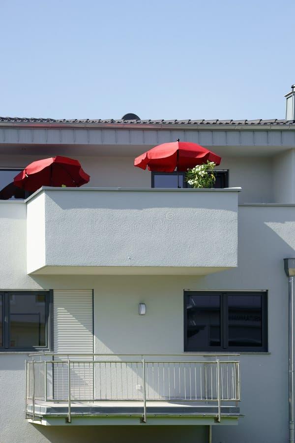 Балкон с зонтиком стоковые фото