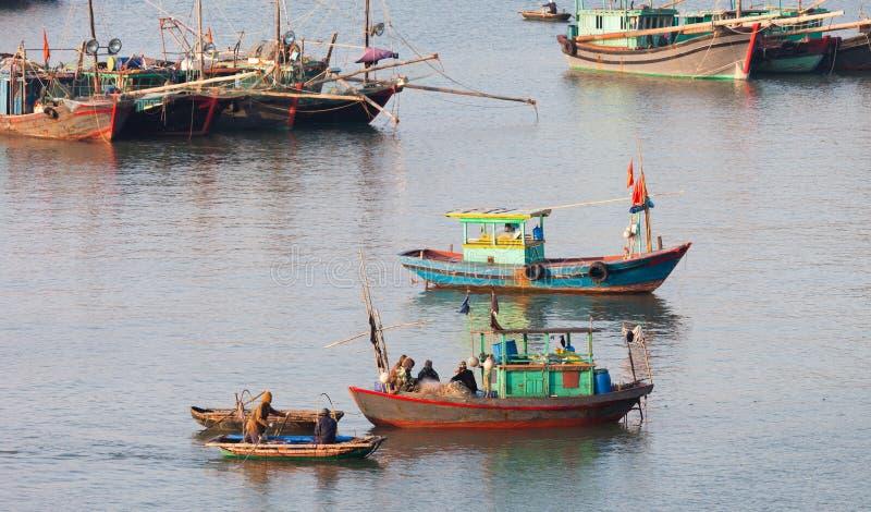 Ба кота, Вьетнам Рыбацкие лодки и рыболовы стоковые фото