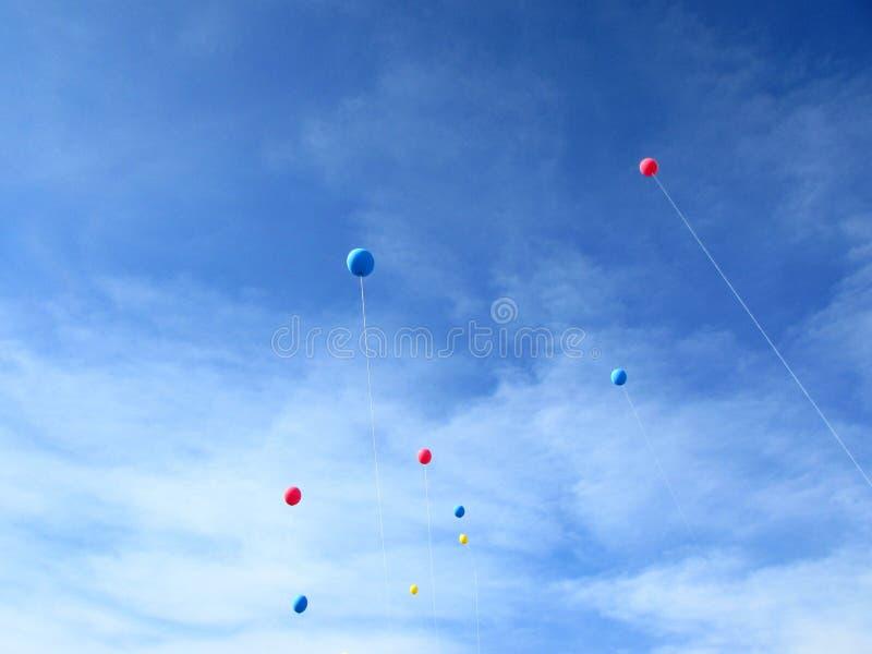 Баллоны в небе стоковое фото