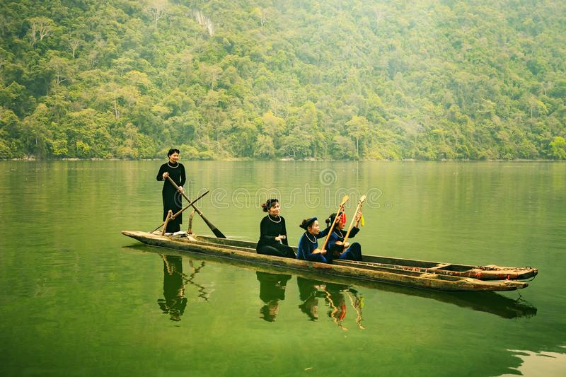 Ба провинция озера, Bac Kan, Вьетнам - 4-ое апреля 2017: туристы на шлюпке идут насладиться и исследовать ба озеро стоковая фотография
