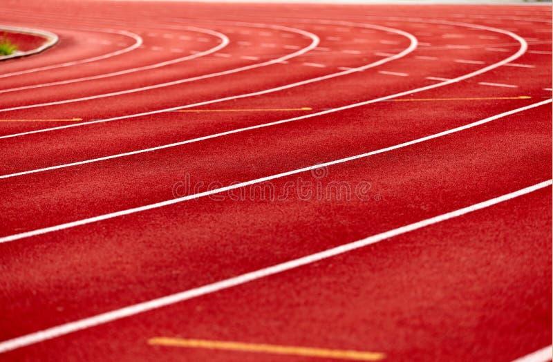 Беговая дорожка в красном цвете стоковые фотографии rf