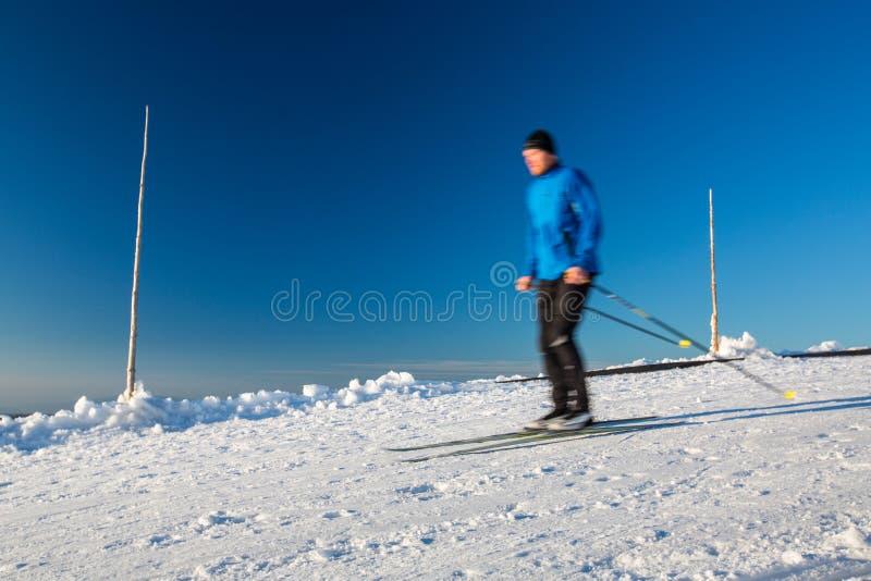 Беговые лыжи: беговые лыжи молодого человека стоковые фотографии rf