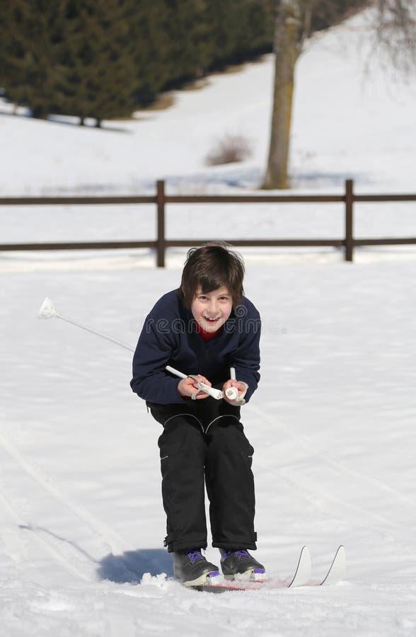 Беговые лыжи попытки ребенк стоковое изображение rf