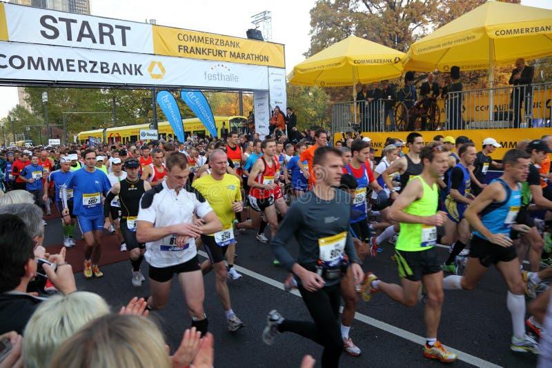 бегунки марафона frankfurt стоковые фото