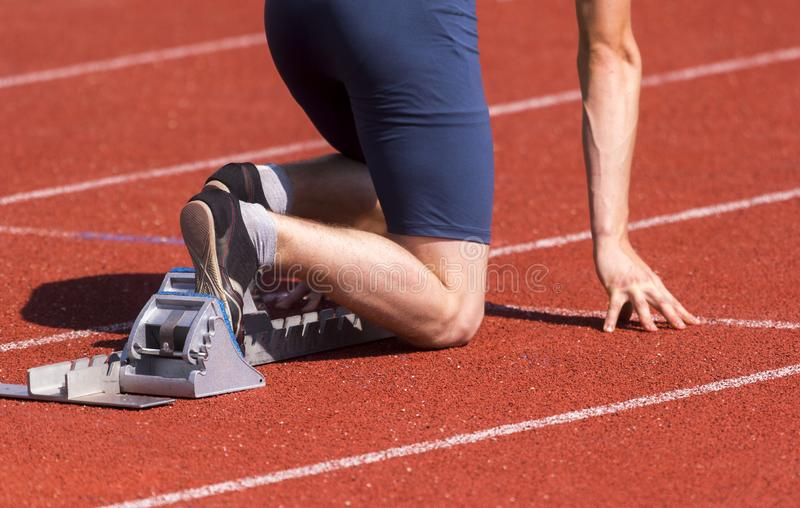 Бегуны подготавливая для гонки на блоках начала стоковое фото rf