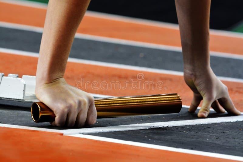 Бегун бежать гонка на следе с счетом эстафетной команды жезла стоковая фотография rf