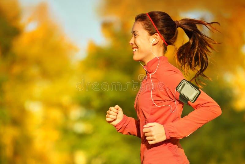Бегун женщины бежать в лесе осени падения стоковые фотографии rf