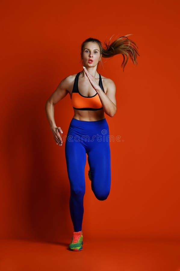 Бегун женщины в силуэте изолированном на красной предпосылке динамическое движение Спорт и здоровый уклад жизни стоковое изображение rf