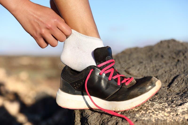 Бегун кладя на ботинки фитнеса и идущие ботинки стоковые фотографии rf