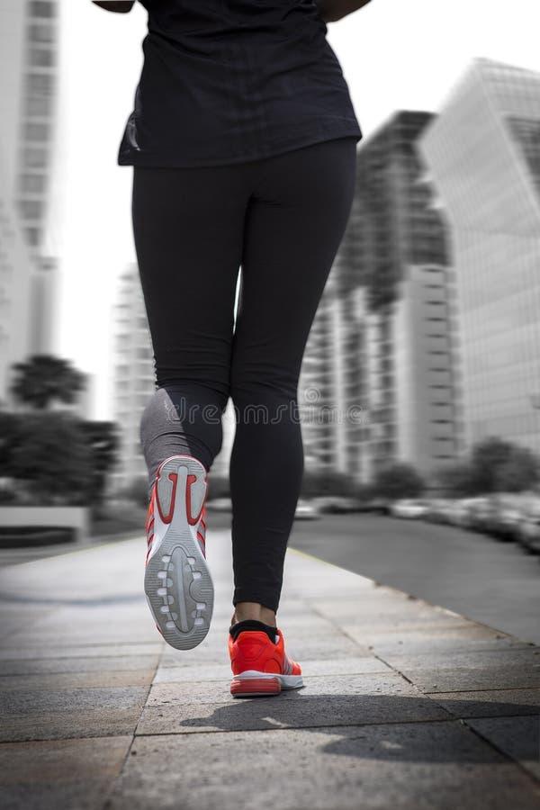 Бегун молодой женщины бежать на дороге моста города стоковая фотография