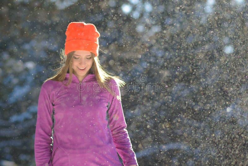 Бегун молодой женщины усмехаясь в красивом лесе зимы на солнечном морозном дне Активные образ жизни и концепция спорта стоковая фотография rf