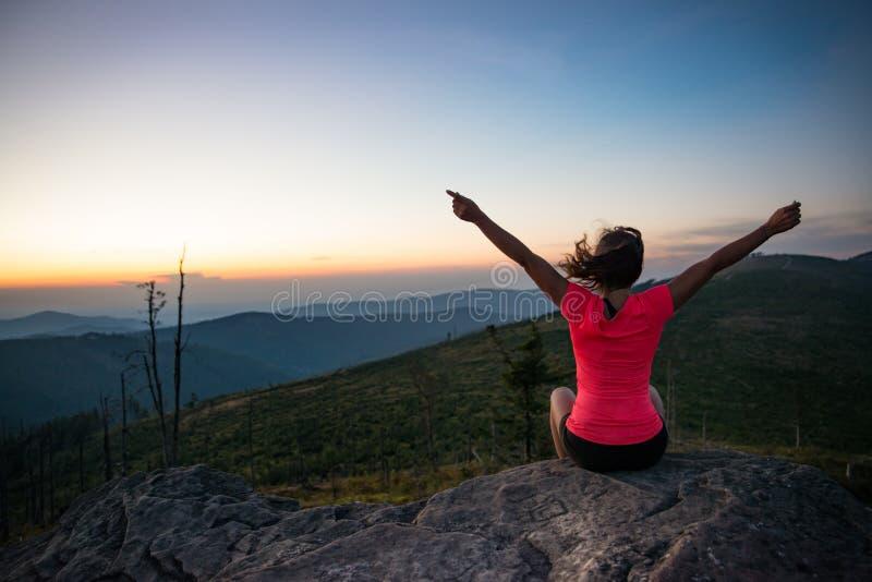 Бегун по пересеченной местностей женщины на верхней части горы на лете стоковые фотографии rf